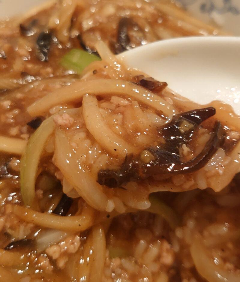豚肉とタマネギの黒胡椒炒め丼と清麺(小)